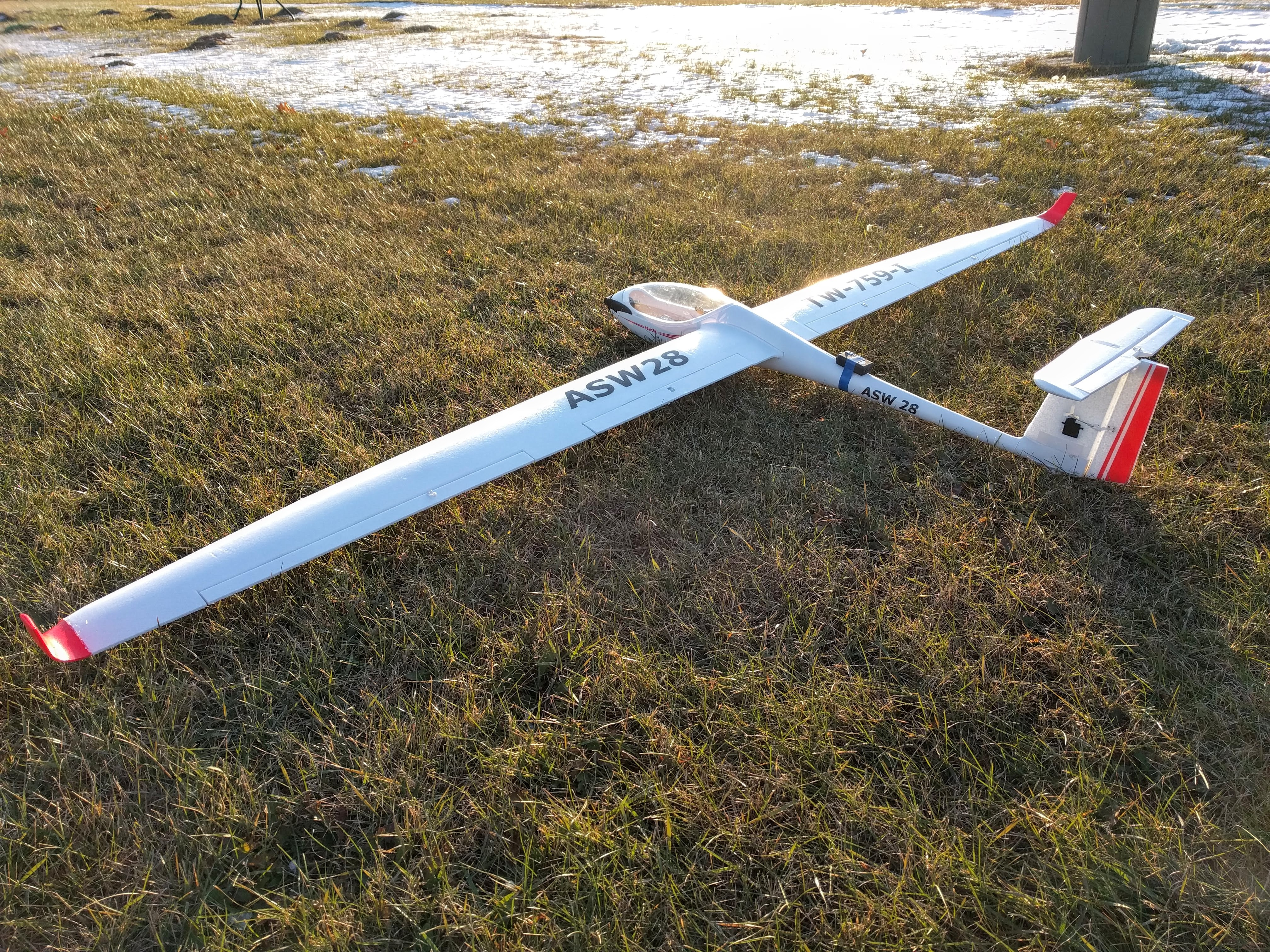 Successful first flight of my new ASW28. It has a big 100″ wing span and flies great!